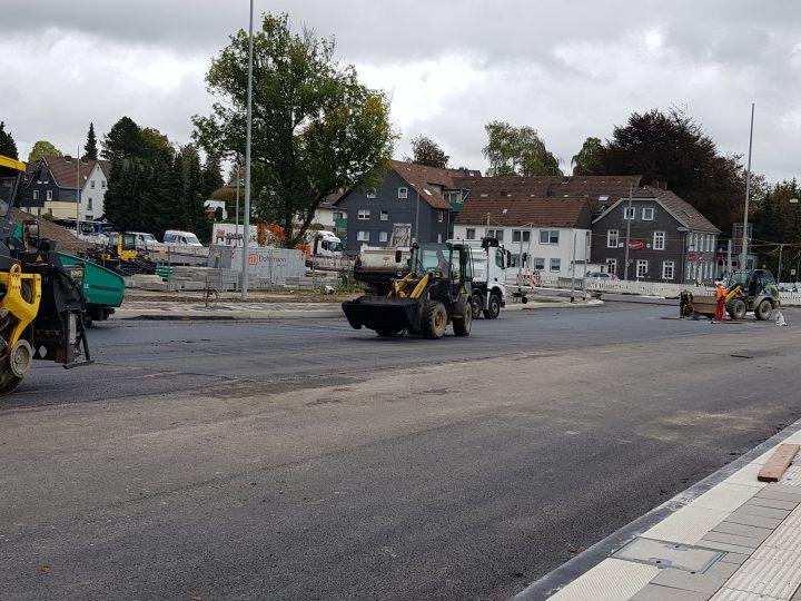 Die finalen Asphaltierarbeiten auf der Rader Straße haben gestern begonnen.
