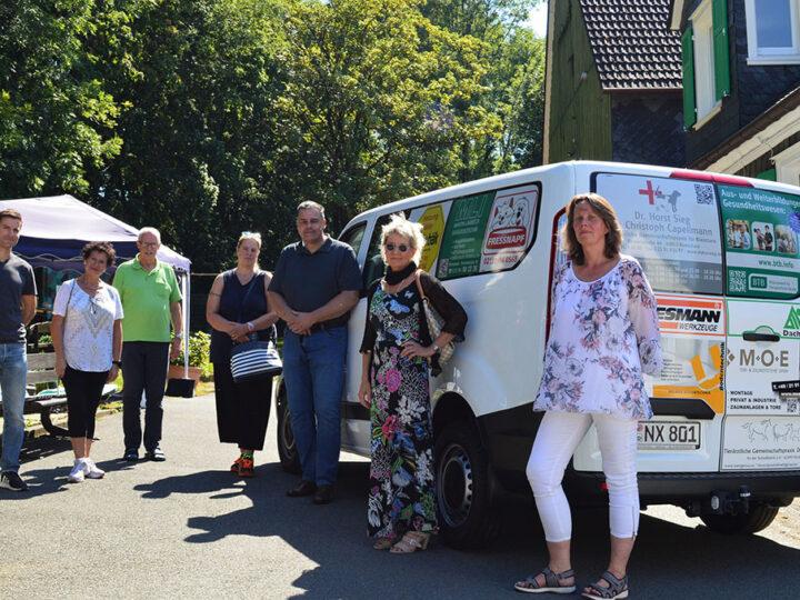 Sponsoren schenken Tierheim Transporter